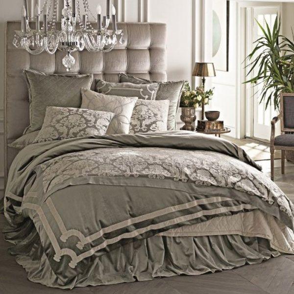 エレガントなベッドルームです。シャンデリアがチラリと見えて一層豪華な感じが出ています。
