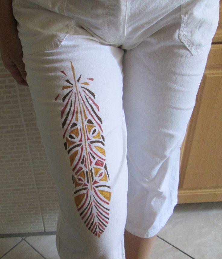 Textilfilccel mintázott fehér nadrág.