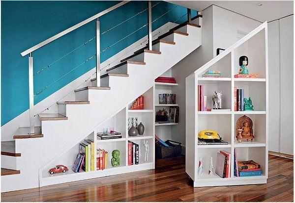 Rangement sous escaliers avec étagères amovibles