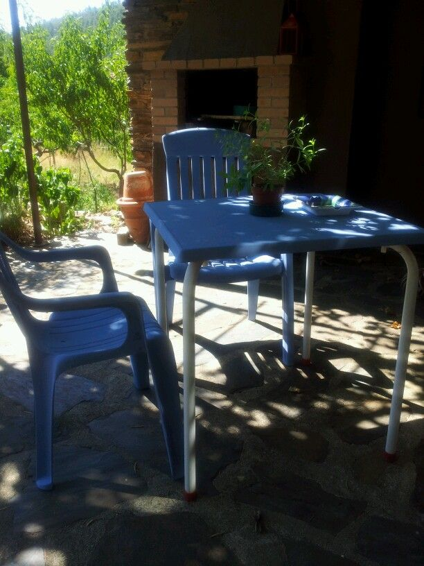 Outdoor chairs and table painted with Chalk Paint™. Greek blue. Mesa y sillas de exterior pintadas con Chalk Paint™. Greek blue.