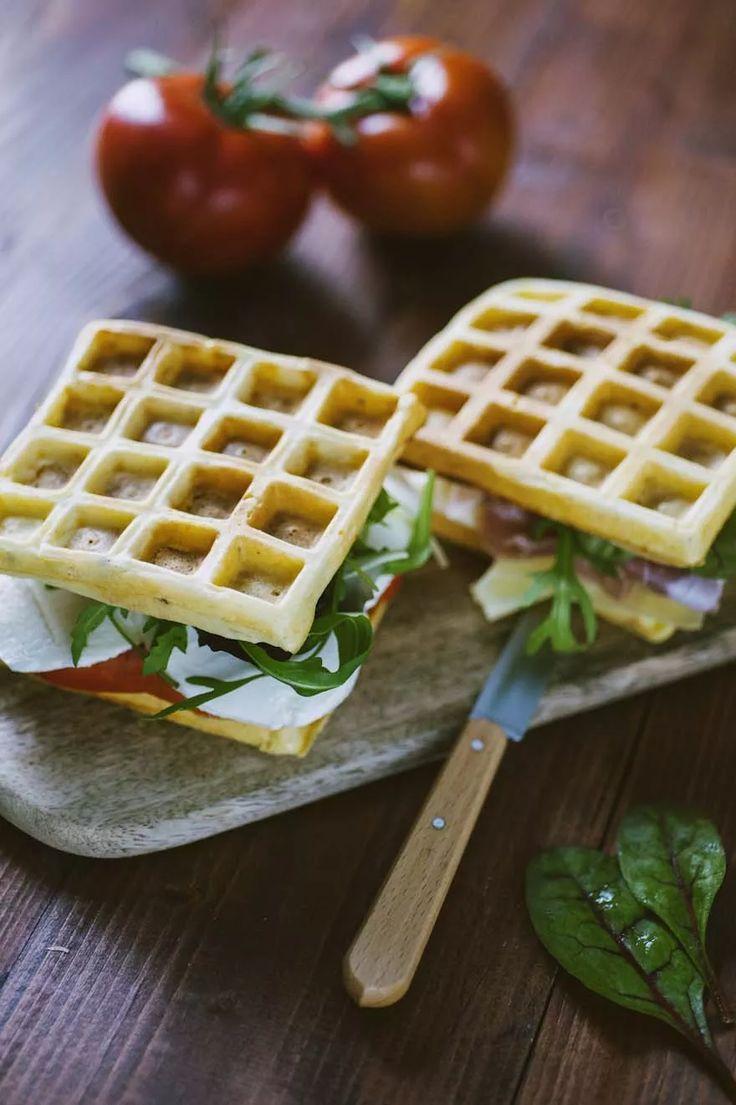 Waffle salati, farciti con salumi, verdure e mozzarella