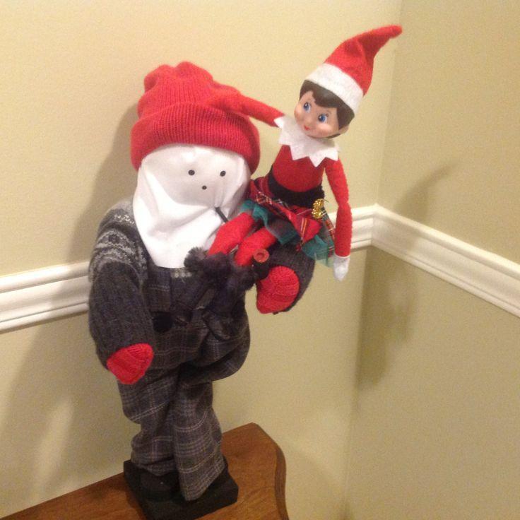 19 décembre: Voilà notre beau lutin qui s'amuse avec le Mummer!