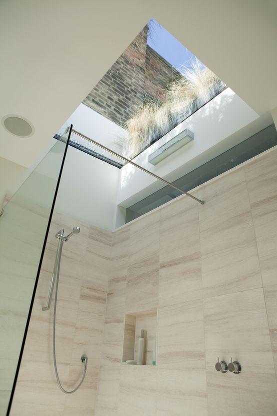Okno w suficie, łazienka z oknem, okno nad prysznicem, otwarty prysznic, ciekawa łazienka, piękna łazienka. Zobacz więcej na https://www.homify.pl/katalogi-inspiracji/12392/nowoczesne-lazienki