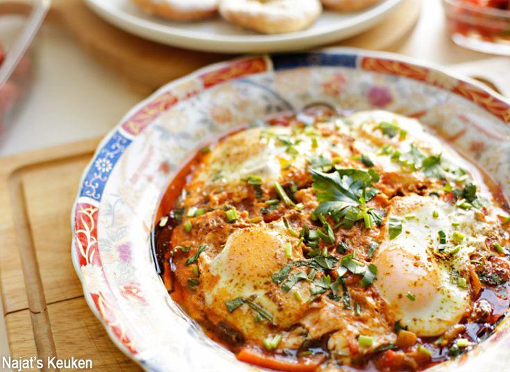 Chakchouka is een bekende gerecht in het noorden van Afrika en wordt vaak als lunch of brunch gemaakt. Het is een overheerlijke groente stoofschotel en wordt verrijkt met eieren. Hier gaat geen vlees…