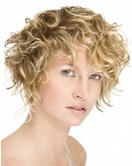 Capelli corti e ricci effetto spettinato. un bob semplice con ciuffi che ricadono sul viso per un look frizzante e naturale.