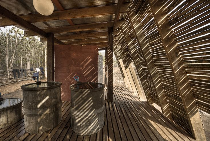 tyin tgnestue, tailandia, bangkok, bambu, sostenible, arquitectura solidaria, arquitectura social, ventilación, autocosnstruccion, local, artesanos, detalle, reciclaje, baños, fachada inclinada, safe haven