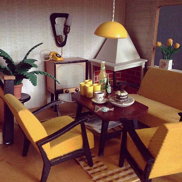 Vardagsrum i ett dockhus på 50-talet.