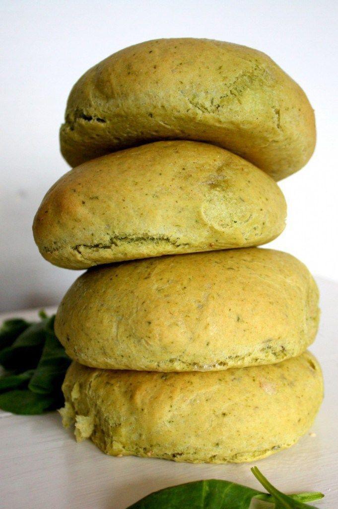 Luftige og bløde spinatboller med timian. Skønne til en veggieburger eller sandwich. Spinaten giver en let grøn farve og timian giver brødet endnu mere smag. Denne opskrift giver 10 kæmpe boller el…