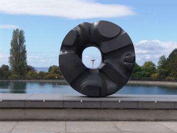 巨大花崗岩彫刻『黒い太陽』(Black Sun)(1969年、シアトル美術館)はイサムノグチの代表作の1つ。日本で制作されたこの彫刻作品は、中央の空洞から、スペースニードルが見える様になっています。すごい迫力です。