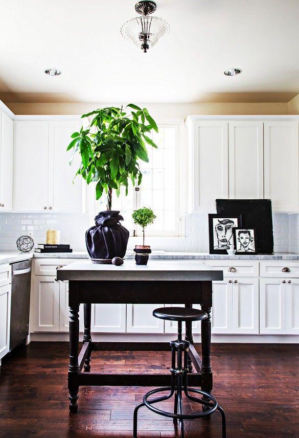 Конечно же, все внимание старому черному столику, искусно превращенному в остров довольно простой кухни.  Мое внимание привлекли ловко драпированные цветочные горшки  - и черный заиграл.