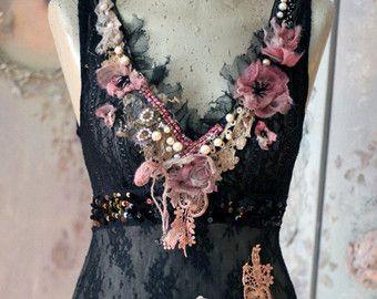 Coton et soie doux mélange de cardi, teint dans les tons de crème, écru, sable à la main. Retravaillé avec des lacets vintages, à la main de soie teints, garnitures vintages, perles. Les ourlets sont crème perles de rocailles et perles de détails, tricoté volants avec des accents de verre rose, l'encolure est garni de fibre douce soyeuse, tulle et fleurs en soie. Le bord inférieur est garni de nuance sable douce tulle avec éclat délicat et morceaux de dentelle à la main vintage coupe/déc...