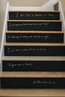 Décorer des contremarches avec la peinture ardoise : si votre escalier fait face à votre porte d'entrée, n'hésitez pas à le customiser ! Ecrire des mots de bienvenue à la craie, ou permettre aux invités de laisser une trace de leur passage est une façon d'accueillir chaleureusement vos convives. Intégrez-les à la vie de la maison, en leur permettant d'apporter leur personnalité à la décoration intérieure ! C'est aussi une activité ludique pour les enfants. #déco #originale #rigolo #citations