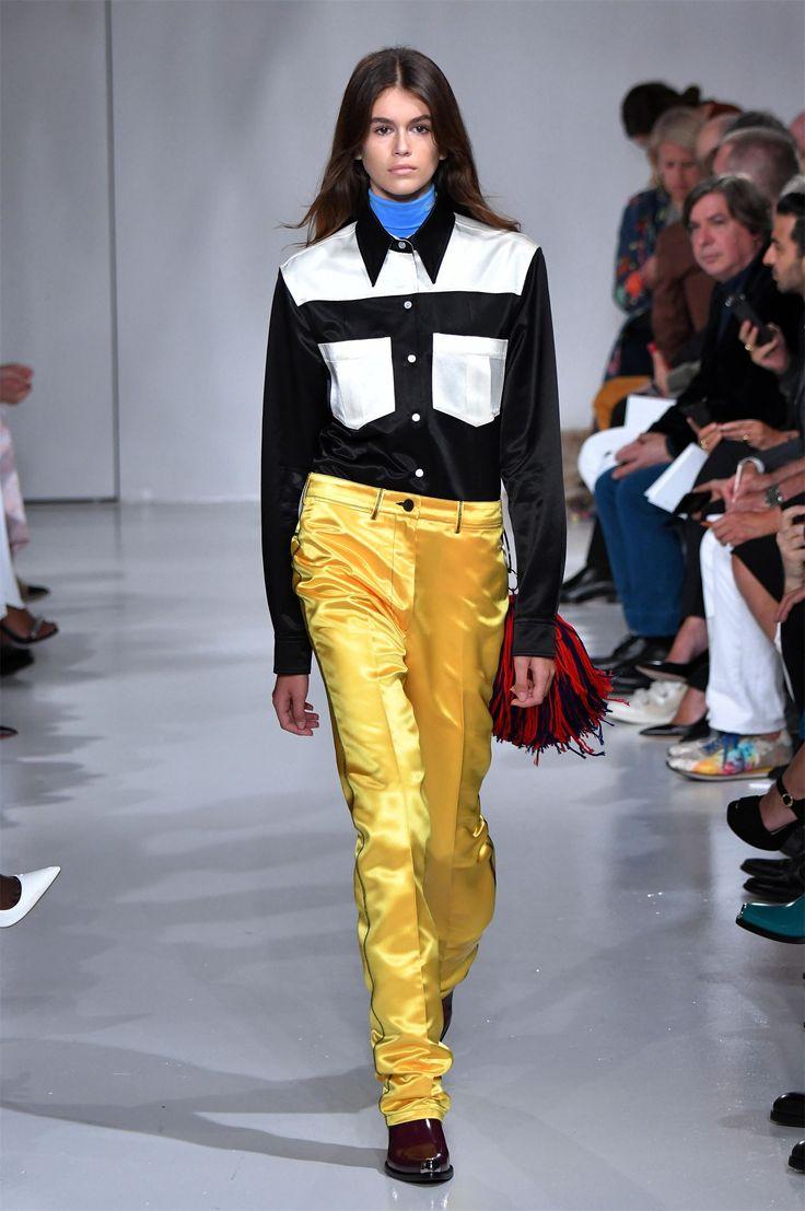 16-летняя дочь Синди Кроуфорд дебютировала на подиуме: фото Кайя Гербер, дочь всемирно известной модели Синди Кроуфорд и ее мужа Рэнди Гербера, продолжает строить модельную карьеру.