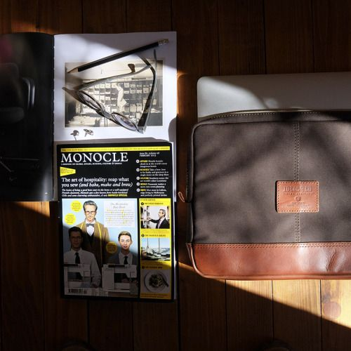 (ENG) - To work anywhere, it is very important to have the right tools. A laptop computer, protected by the Fórnea case, it is essential to look for inspiration online, have virtual meetings or finish the last project. Monocle magazine, a favorite since a long time, give us a global view of the world, from politics to style, while the annual publication Workspirit by Vitra, provides an overview of new office trends. The sunglasses are the ultimate accessory to work in the sun and on the…
