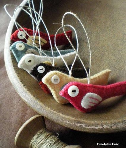 these little bird ornaments made of felt just so stink'n cute.  she generously gives directions on how to make them.