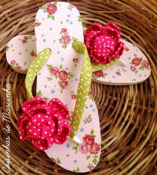 """Chinelo/Sandália Havaiana  Customizada na sola com guardanapo fundo rosa bebê com rosas estampadas Acabamento com flor em tecido de fuxico Tiras customizadas em tecido  """"ATENTE-SE"""" a medida, normalmente Havaianas são usadas uma numeração maior do que os demais calçados. Ex: quem calça tênis 35/36 Havaianas são recomendáveis 37/38 R$35,00"""
