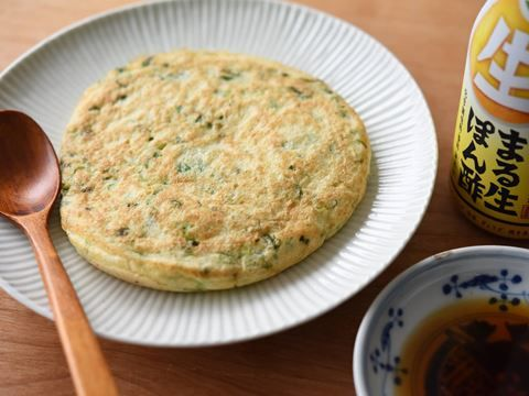 すりおろした山芋に卵とたっぷり刻みねぎを加えて、フライパンで焼くレシピです。柑橘がさわやかに香る「ヤマサまる生ぽん酢」をつけてさっぱりといただきます。