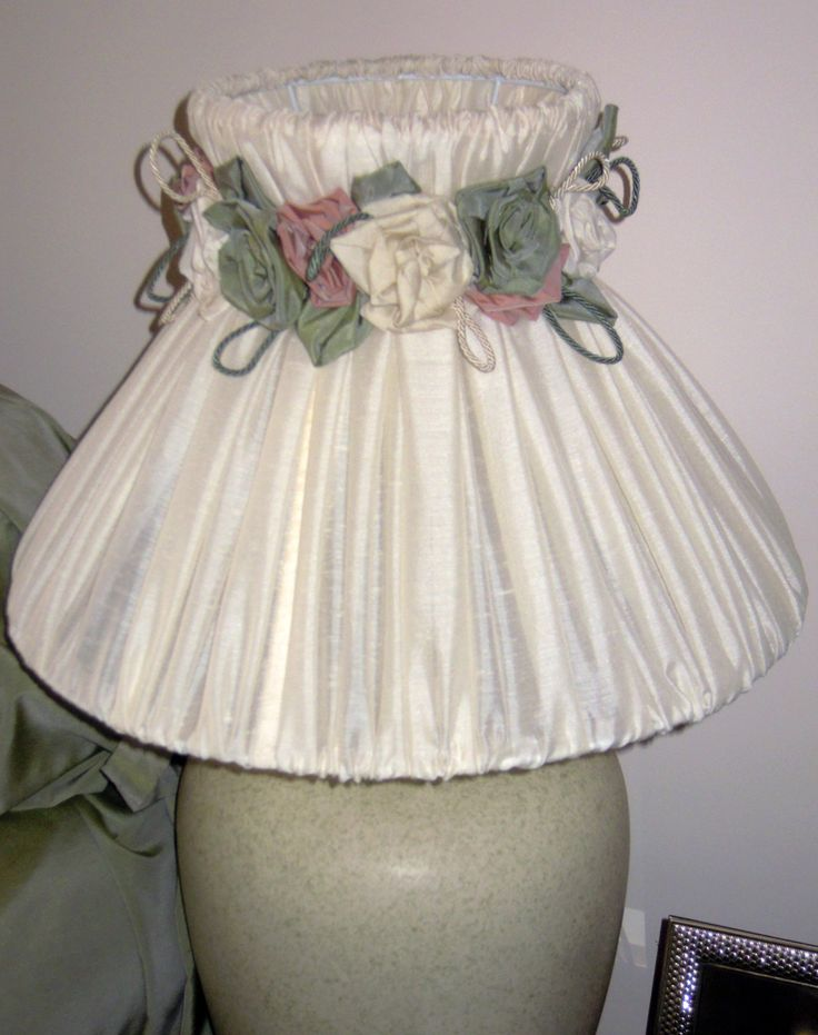 Hat pure linen table lamp, with garlands of roses hand-made in taffeta, removable and washable.  Frame in lacquered white metal.