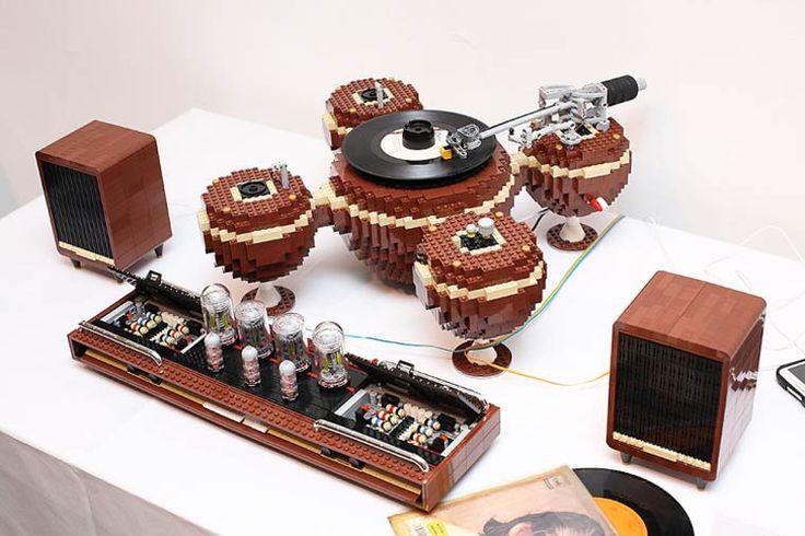 The Planet est une platine vinyle au look très vintage et entièrement fonctionnelle, fabriquée en LEGO par le designer coréen Hayarobi. Une jolie réalisation composée de 2405 pieces LEGO et d'une cellule Audio Technica.