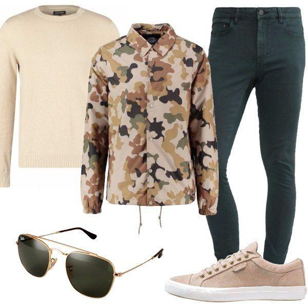 Outfit particolare con splendidi jeans di colore verde abbinati a giacca leggera in fantasia militare e a maglione di cotone camel. Completo il tutto con sneakers basse sand ed occhiali da sole Ray-Ban. Look perfetto per il tempo libero, di giorno e di sera.