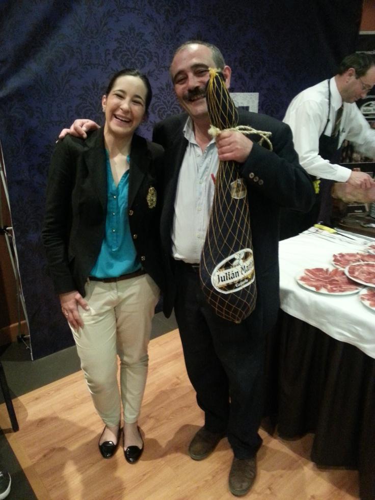 María Luisa y Rafael Reig posan con el premio 'Pata Negra'