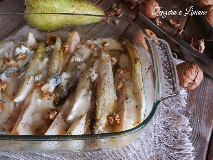 Questa indivia belga al forno con pere e gorgonzola è un contorno gustoso e invitante, perfetto anche quando si hanno ospiti. Ricetta semplicissima.