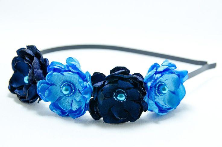 Čelenka pro vílu Amálku Originální čelenka s ručně vyrobeným saténovými světle a tmavě modrými květy. Doplněný perličkami a korálky. Velikost květu: š3cm x 4ks s Kovová čelenka stříbrné barvy ,šíře 0,5cm. čelenku je možné i ve stříbrné barvě nebo plastovou. Květiny jsou více na straně čelenky (nad uchem) Pro pohodlnější nošení je květ podlepen filcem. ...