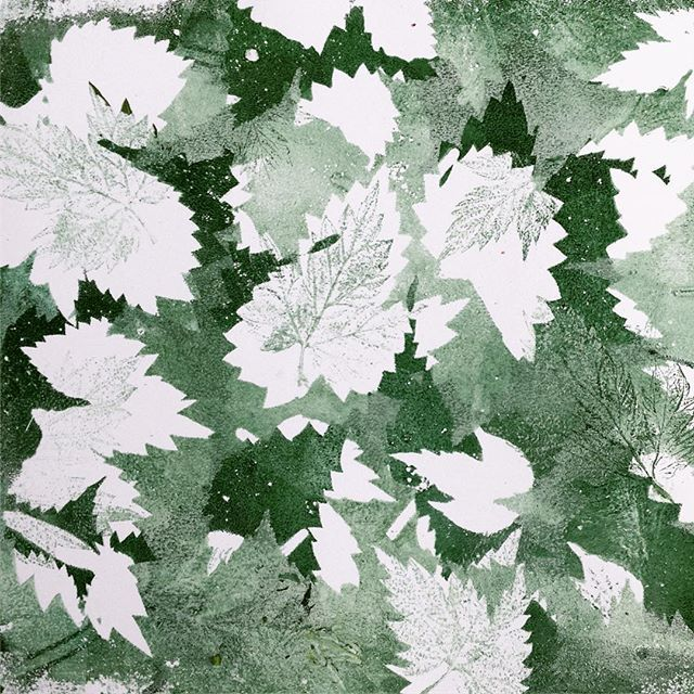 Using #hop #leaves for a #pattern, printed with my homemade #gelliplate on day 23 of the #100daysofbotanicalcollages #the100dayproject