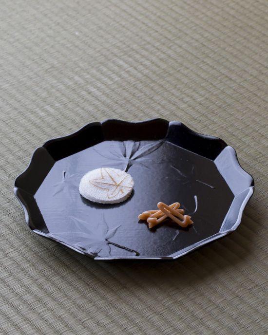 菓=錦台、枯松葉/亀屋伊織(京都) 器=貼紅葉輪花雲錦文菓子盆 十二代飛来一閑作 明治時代