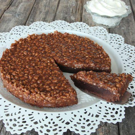 Läcker mjölkchokladkladdkaka med crunchig chokladganache på toppen.