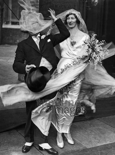 Hochzeiten, 1932, ullstein bild - Schlochauer/Timeline Images #Brautpaar #Ehepaar #Hochzeit #Schleier #Brautstrauß #Hochzeitskleid #1930er #1930ies #historisch #historical #skurril #lustig #Festlichkeit #Tradition