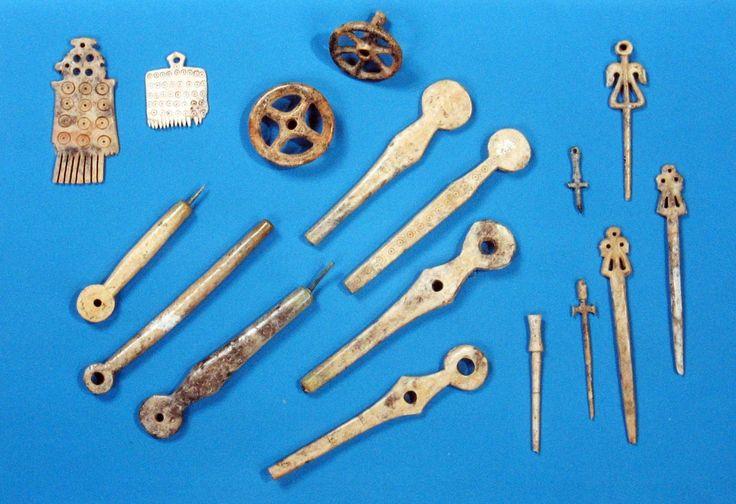 Pettini, immanicature, rotelle e spilloni ricavati da palco di cervo (Bronzo recente) - Terramara S. Rosa di Poviglio