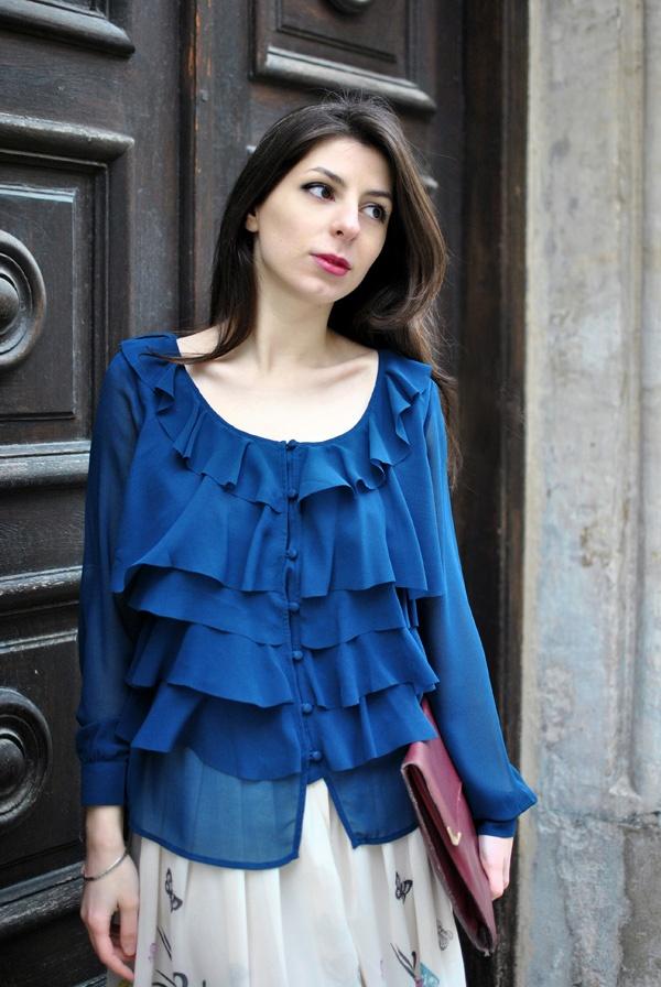 Când o vezi pe Laura aşa flu-flu îmbrăcată, zău că-ţi vine să laşi baltă tot şi să fugi la plimbare! Bluza ei vaporoasă, cu volane, poate fi achiziţionată de pe http://www.tinar.ro/topuri.html.