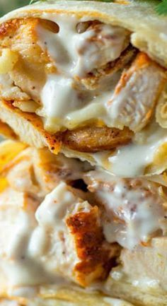 Gesunde gegrillte Hähnchen- und Ranch-Wraps werden mit Hähnchen, Käse und Ranc …   – FOOD