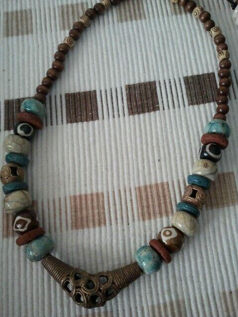 Keramiikkaa, puuta, luuta ja afrikkalaisia metallihelmiä tekijä Lea Varis