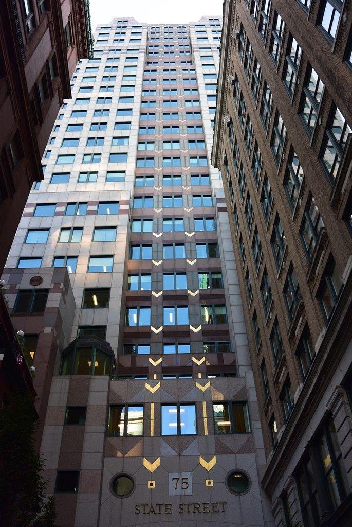 Бостон. Здание на фотографии никакого отношения к 16 историческим объектам не имеет, это просто типичный представитель офисного строения. Бизнес-дистрикт в Бостоне - старейший в Америке. Это не значит, что район этот появился раньше всех остальных, это значит, что он никогда не перестраивался, какой был 100 лет назад, таким мы его и видим.
