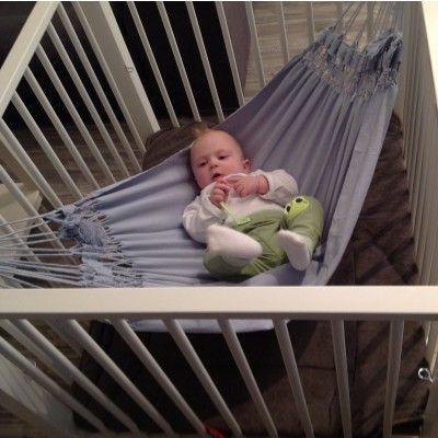 baby hangmat in baby blauw voor in de box. Een babyhangmat is heel ontspannen voor een baby en is verkrijgbaar bij Marañon de hangmat specialist