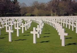 De moeder van Jeroen ligt begraven in het huidige Djakarta dat vol staat met witte houten kruizen. haar graf heeft nummer 74.