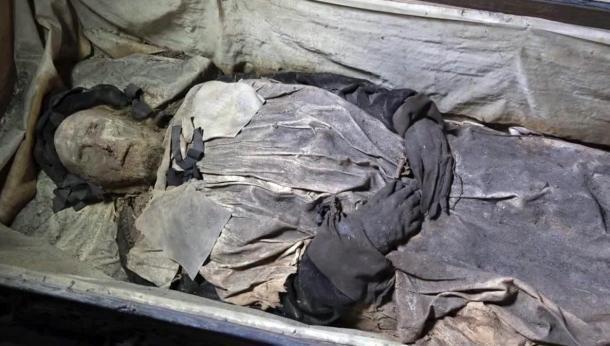 Feto trovato all'interno della bara di un vescovo 17 ° secolo mummificato