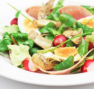 Deze ham ei salade is een heerlijke lunch. De partjes ei maken de salade helemaal af en bovendien staat hij binnen een handomdraai op tafel.