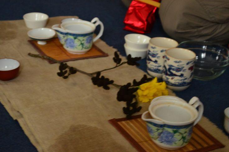 Участниками прекрасной чайной церемонии мы как-то стали благодаря Артему и Мадине, которые провели для нас эту чарующую медитацию. В чае оказалось важным все: начиная от сорта и географии произрастания, до аромата исходящего из уже опустошенной чашечки. По-настоящему чай пьется из маленьких, даже крошечных чашек, дабы полнее раскрывался его вкус и запах. Никакой еды при этом на столике нет. В начале заварку промывают горячей водой и лишь потом заваривают. Чаю не дают долго настаиваться…