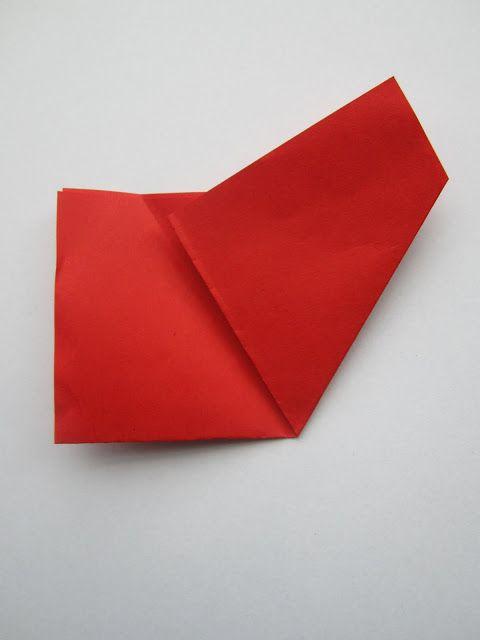 Uitleg hoe je mooie papieren sneeuwvlokken kunt knippen van een vouwblaadje. Voor een simpele variant, één met 8 punten en één met 6 punten. Leuke versiering voor de winter of Kerst.