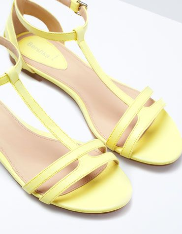 Yellow flat sandals for a casual, simple and girly look ! i L♥ve it ! Bershka France - Sandales Bershka plates                                                                                                                                                                                 Más
