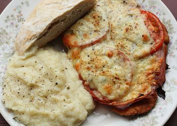 This looks divine!  Recipe with step by step photos for Milanesas a la napolitana (Breaded steak with tomato, cheese and oregano).