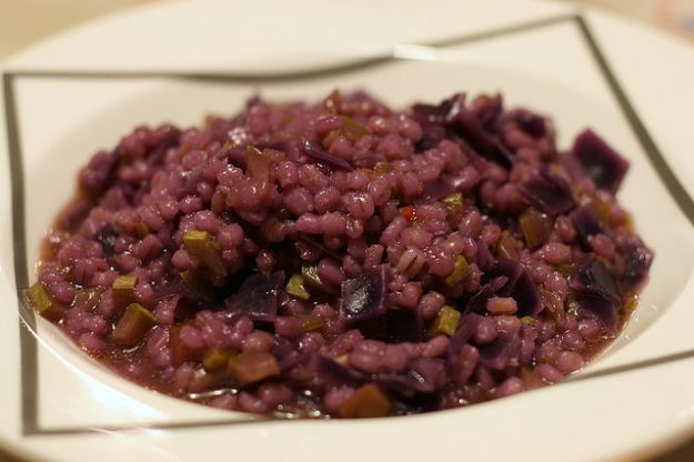 Ricette orzo per primi piatti: orzotto col cavolo rosso e mela