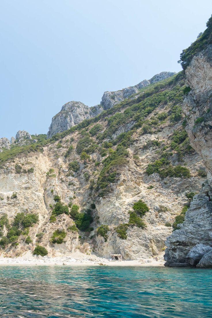 KORFU REISETIPPS   DO´S & DON´TS FÜR DEN URLAUB AUF DER IONISCHEN INSEL - Mit dem Boot lassen sich auf Korfu Strände und Buchten entdecken, die zu Fuß nicht zu erreichen sind.