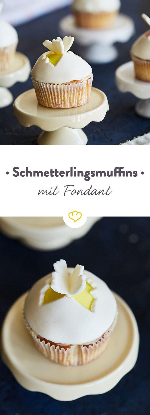 Zuckersüße Muffins mit kleinen Schmetterlingen: Da freut sich jedes Kind! Dieses Rezept ist auch für Fondant-Neulinge geeignet.
