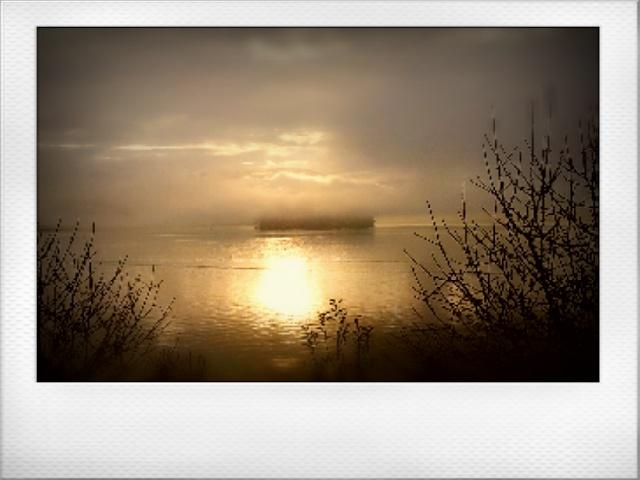 Amanece San Simón. (Foto del amanecer en la isla de San Simón en la ría de Vigo, sacada desde Vilaboa).