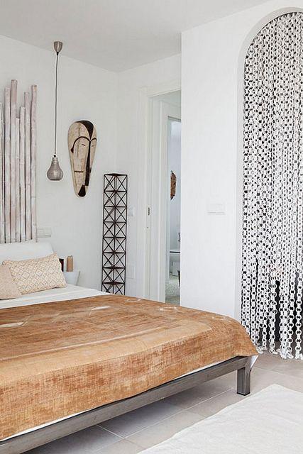 chambre tout en blanc et touche de beige. La tête de lit en bois flotté donne un style à la pièce comme le rideau bedroom.