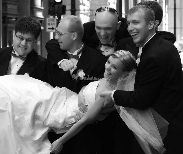 Mucho hemos hablado sobre el rol que tienen las madrinas o damas de honor en una boda, pero ¿qué tanto sabemos sobre el rol del bestmen y los padrinos? Para descubrirlo no se pierdan esta información que les hemos preparado.